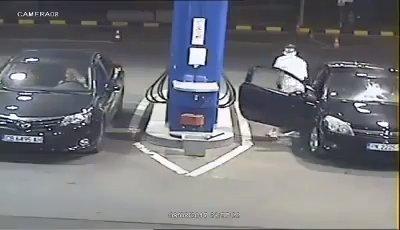 Resultado de imagen para Idiota no quiso apagar su cigarro al poner gasolina; empleado alfa le activa el extintor en la cara