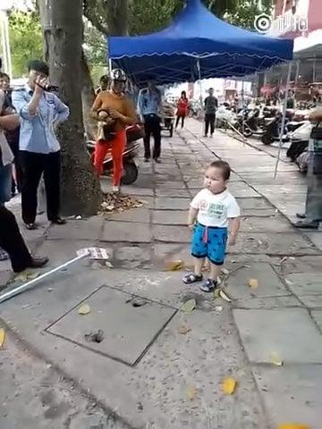 niño defiende abuela china