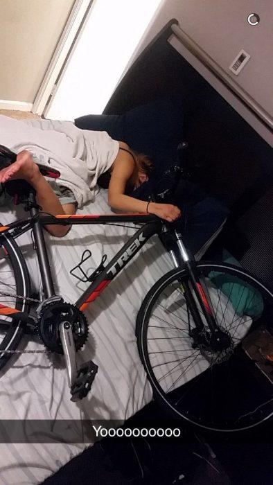 Mujer ebria con bicicleta