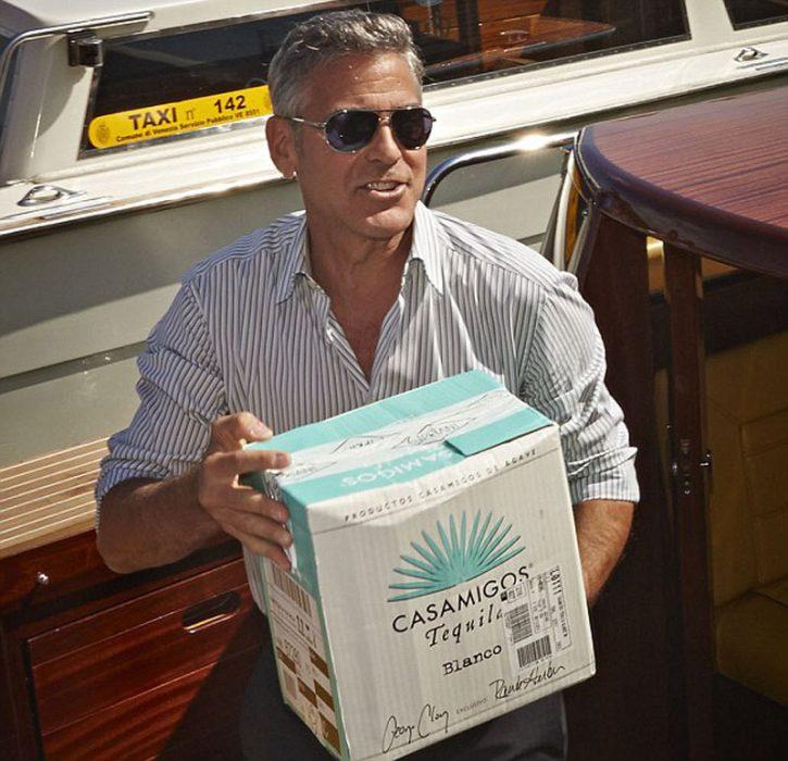 George Clooney carga una caja