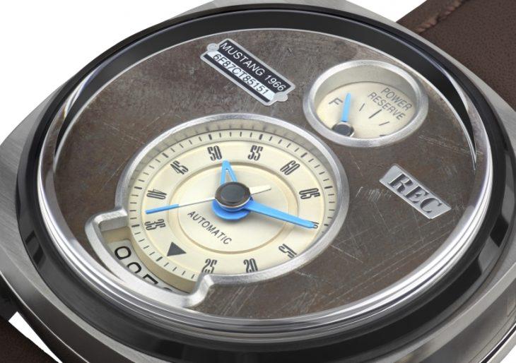 Reloj con partes de un Mustang