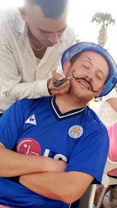 hombre tatuaje bigote henna