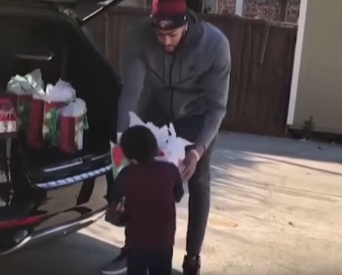 Anthony Davis dando regalos