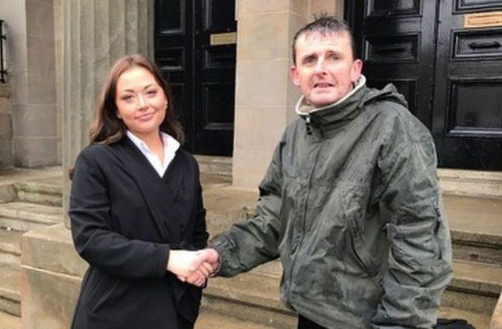 Mujer saluda a vagabundo en Glasgow