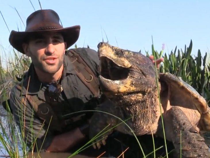 Coyote Peterson con una extraña tortuga