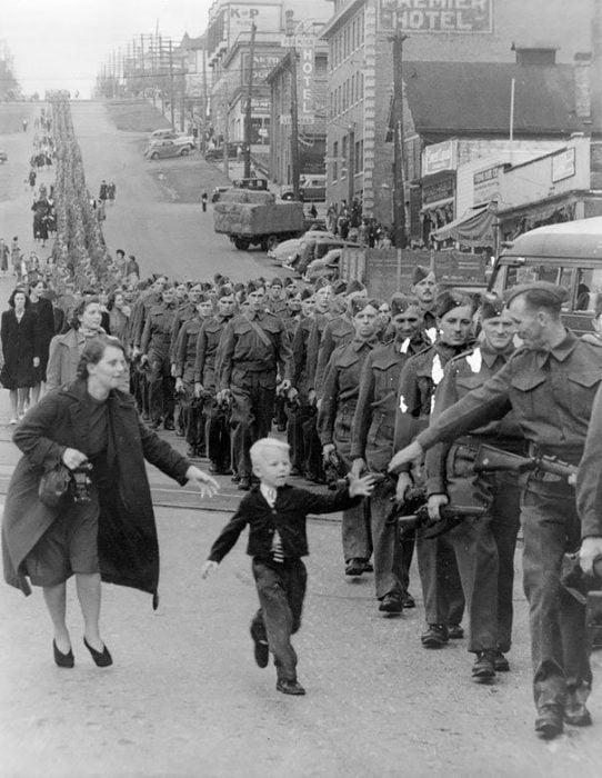 %E2%80%9Cwait For Me Daddy%E2%80%9D By Claude P. Dettloff In New Westminster Canada October 1 1940 542x700 La verdad detrás de estas 16 alucinantes fotografías tomadas hace más de un siglo; ¡¡¡#Eistein de vacaciones!!!