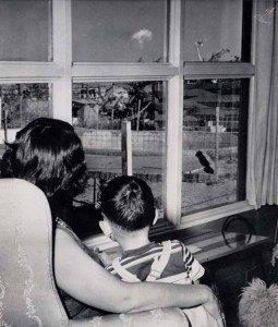 1953watching bomb tests las vegas 255x300 La verdad detrás de estas 16 alucinantes fotografías tomadas hace más de un siglo; ¡¡¡#Eistein de vacaciones!!!