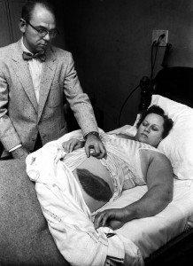 1954struck by meterorite 218x300 La verdad detrás de estas 16 alucinantes fotografías tomadas hace más de un siglo; ¡¡¡#Eistein de vacaciones!!!