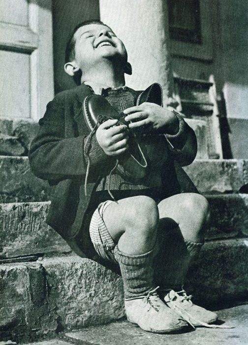 Austrian Boy%E2%80%99s Moment Of Pure Happiness After Receiving New Shoes During WWII 504x700 La verdad detrás de estas 16 alucinantes fotografías tomadas hace más de un siglo; ¡¡¡#Eistein de vacaciones!!!
