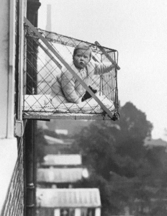 Baby Cages Used To Ensure That Children Get Enough Sunlight And Fresh Air When Living In An Apartment Building 1937 542x700 La verdad detrás de estas 16 alucinantes fotografías tomadas hace más de un siglo; ¡¡¡#Eistein de vacaciones!!!