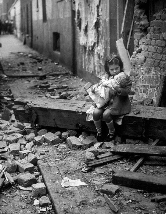 Little Girl With Her Doll Sitting In The Ruins Of Her Bombed Home London 1940 544x700 La verdad detrás de estas 16 alucinantes fotografías tomadas hace más de un siglo; ¡¡¡#Eistein de vacaciones!!!