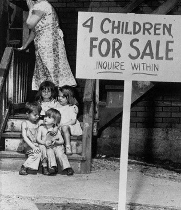 Mother Hides Her Face In Shame After Putting Her Children Up For Sale Chicago 1948 603x700 La verdad detrás de estas 16 alucinantes fotografías tomadas hace más de un siglo; ¡¡¡#Eistein de vacaciones!!!