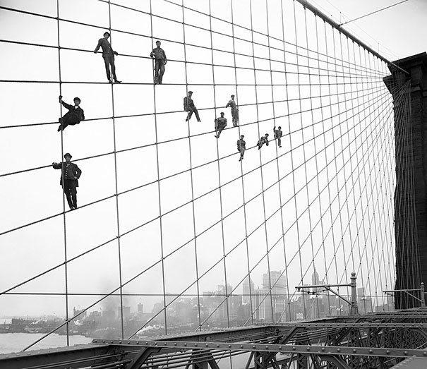 Painter Of The Brooklyn Bridge1914 La verdad detrás de estas 16 alucinantes fotografías tomadas hace más de un siglo; ¡¡¡#Eistein de vacaciones!!!