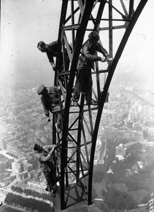 Painting The Eiffel Tower 1932 511x700 La verdad detrás de estas 16 alucinantes fotografías tomadas hace más de un siglo; ¡¡¡#Eistein de vacaciones!!!