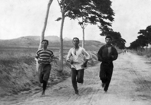 Three Men Run In The Marathon At The First Modern Olympic Games 1896 La verdad detrás de estas 16 alucinantes fotografías tomadas hace más de un siglo; ¡¡¡#Eistein de vacaciones!!!