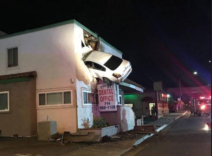 Auto estrellado en segundo piso