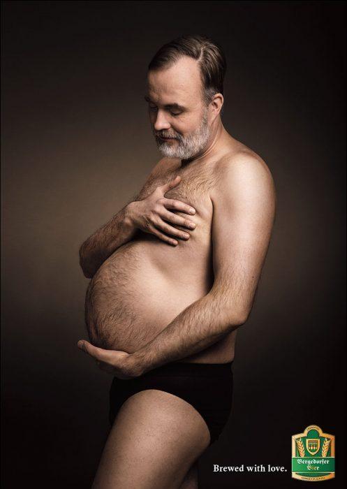 Hombres posan embarazo panza chelera