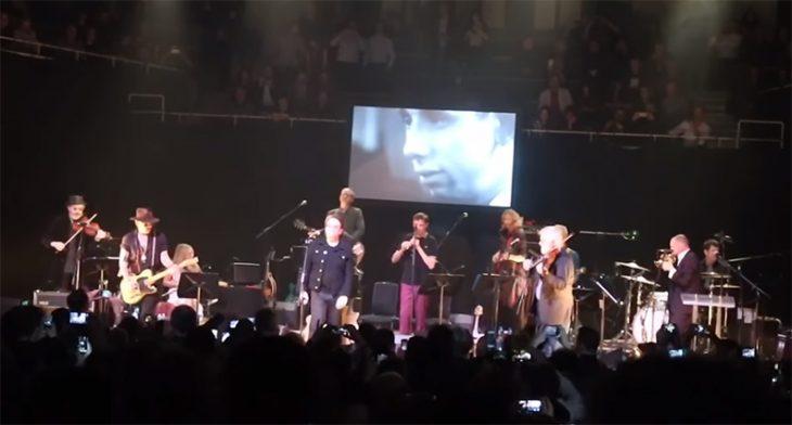 Bono y Johnny Depp en concierto