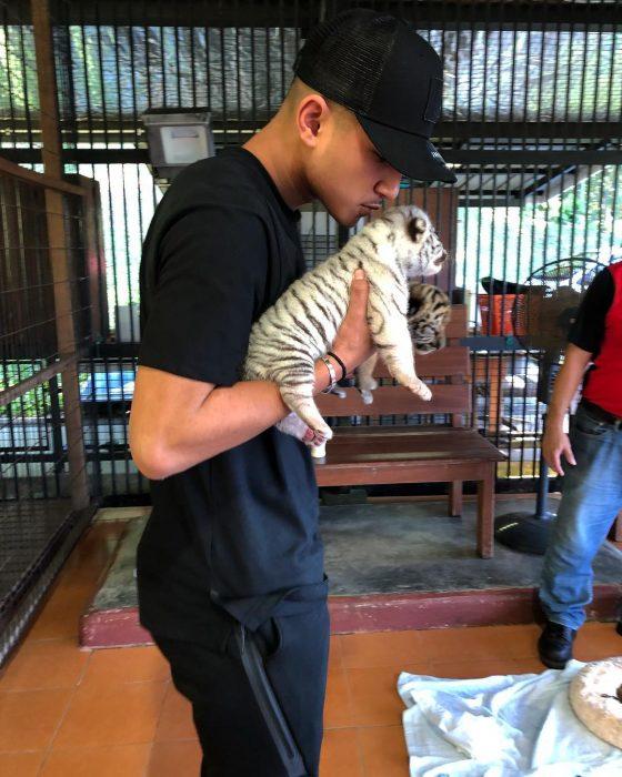 Joven con tigres