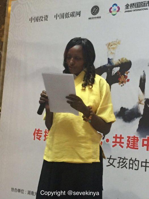 Mujer dando discurso