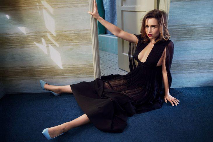 Emilia Clarke en el suelo