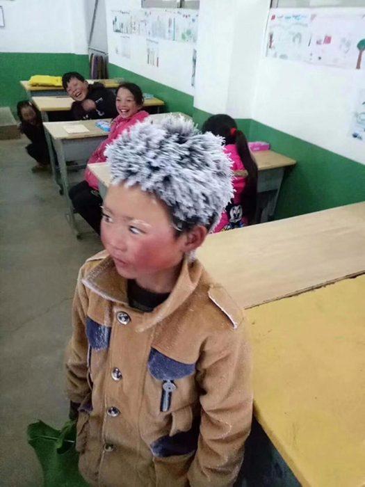 Niño chino con el cabello congelado