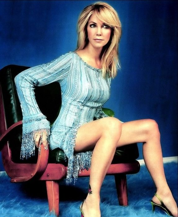 Heather Locklear sentada