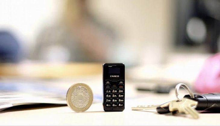 Teléfono más pequeño que una moneda