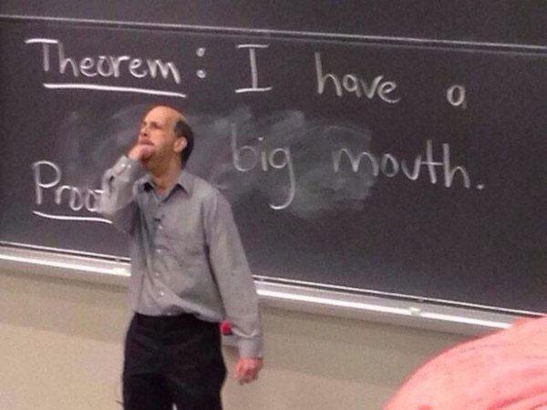 Maestro con el puño en la boca