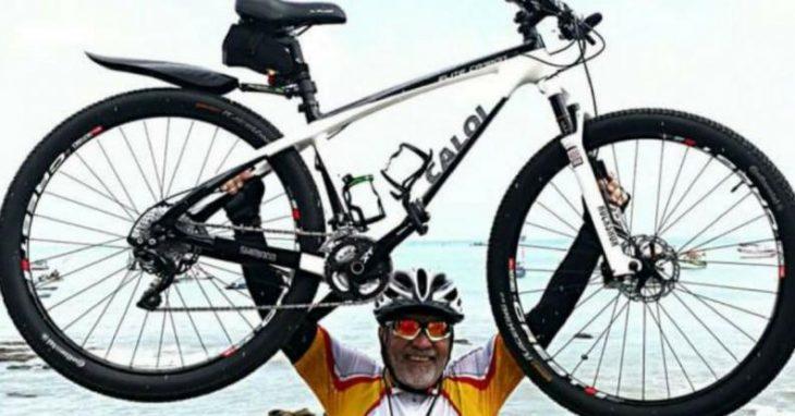 Hombre carga su bicicleta