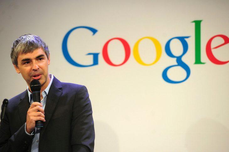 Larry Page hablando en el micrófono