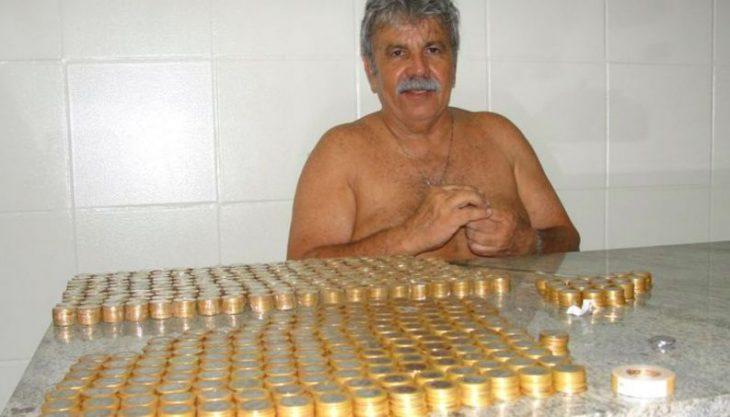 Hombre con muchas monedas