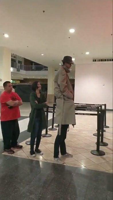 se disfrazan de hombre alto