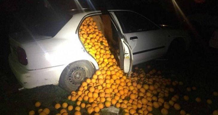 Coche lleno de naranjas