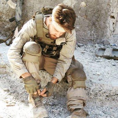 John Duttenhofer gamer en la guerra