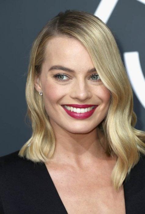 Margot Robbie sonríe