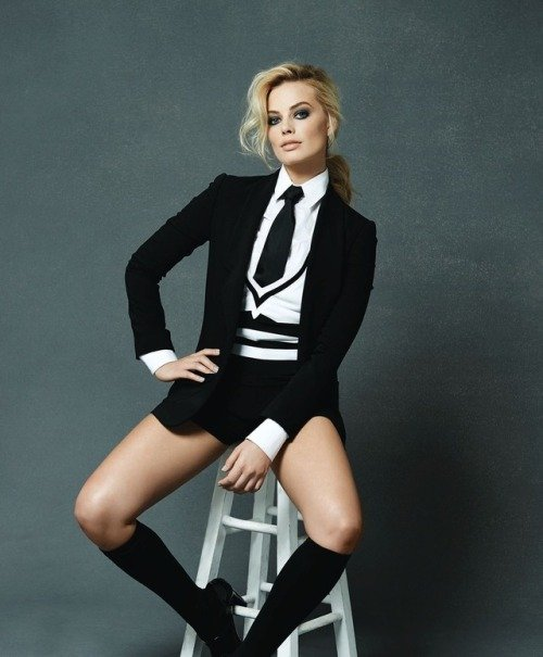 Margot Robbie en silla