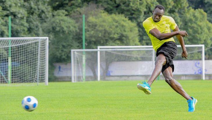 Usain Bolt juega futbol