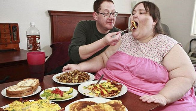 Pareja comiendo en casa