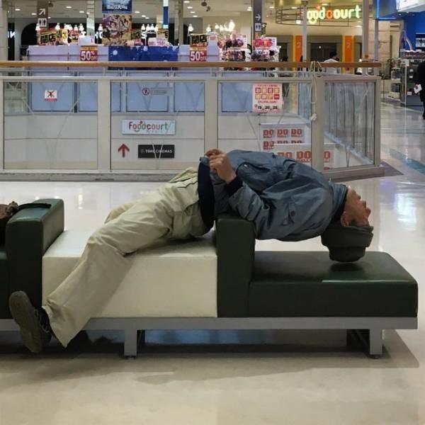 hombres de compras con su mujer