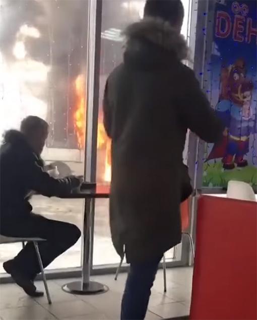 Joven contempla incendio