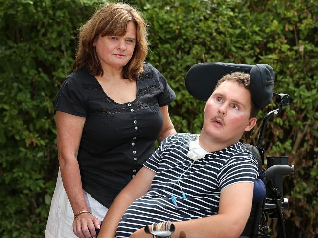 Sam Ballard y su madre