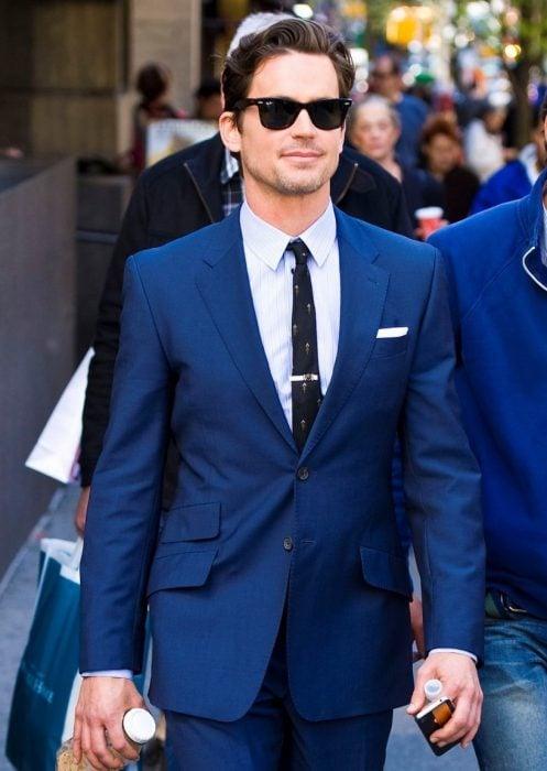 hombre traje azul