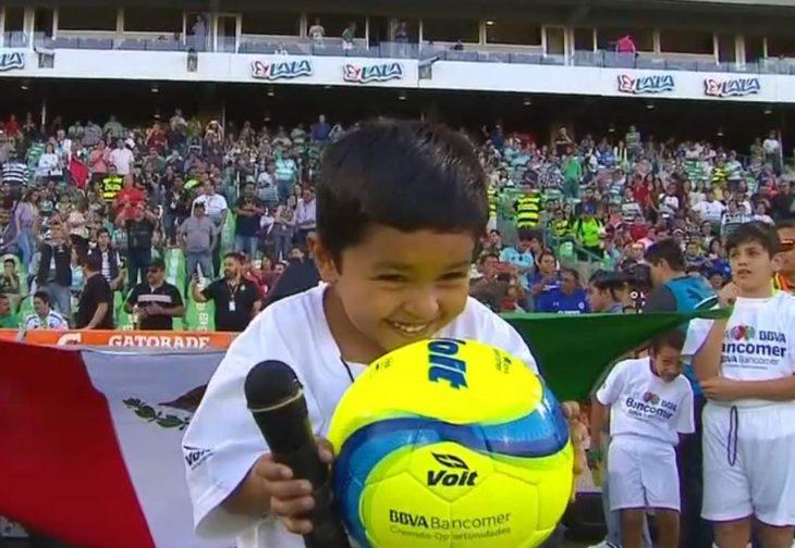 Niño en partido de futbol