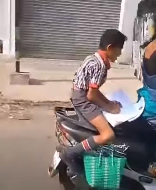 Niño en motocicleta