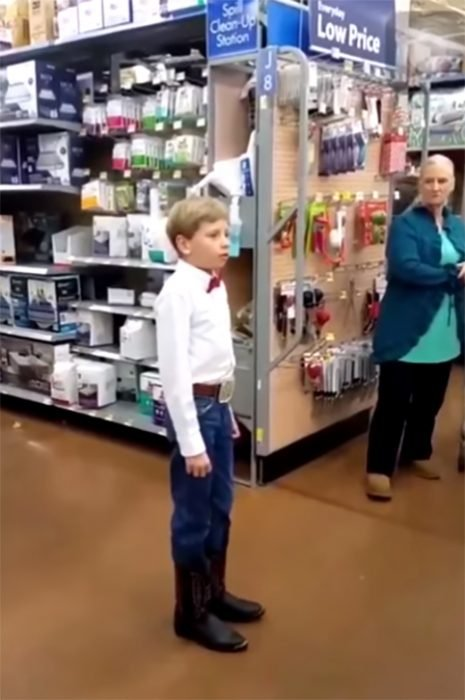 Niño canta en Walmart
