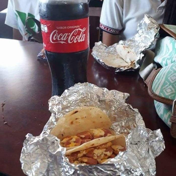 Tacos y Coca Cola