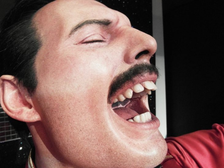 Freddy Mercury cantando