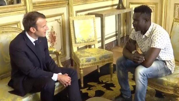 Mamoudou Gassama con el presidente de Francia
