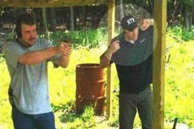 Se tapa los oídos con pistola
